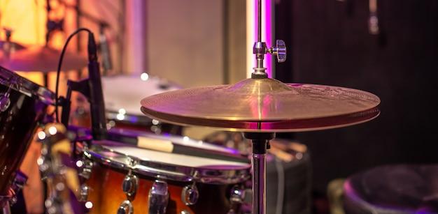 Batterie, cymbales, charleston sur beau dans le studio d'enregistrement.