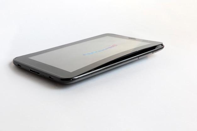 La batterie gonflée de la tablette a arraché l'écran de la base du support.