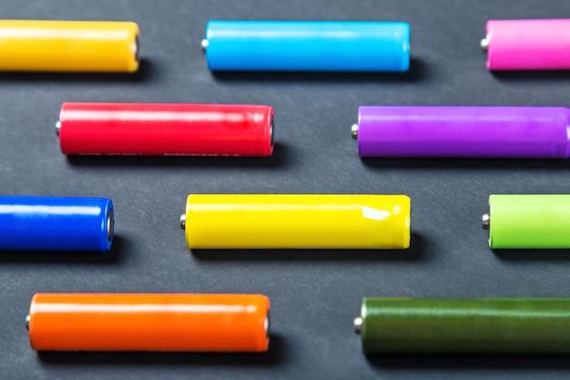 Batteries de différentes couleurs dans une boîte
