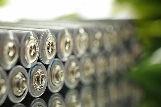 Batteries de différentes tailles. prendre soin de l'environnement. élimination des piles usagées. zero gaspillage.
