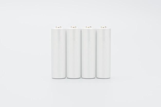 Batteries isolées sur fond blanc conception de la maquette avec espace de copie.