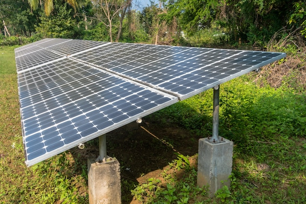 Batteries solaires au sommet de la colline dans la jungle, îles andaman et nicobar en inde