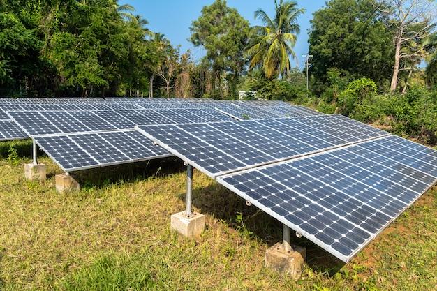 Batteries solaires au sommet de la colline dans la jungle, krabi, thaïlande