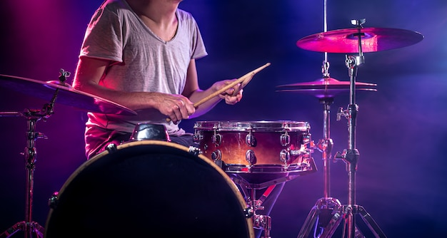 Le batteur joue de la batterie