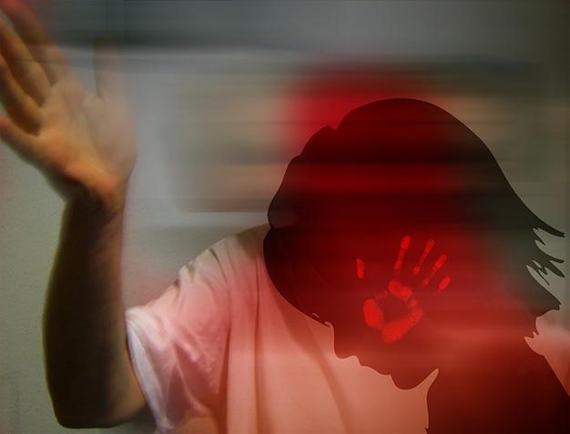 Battre l'enfant l'homme claque la main face à la violence
