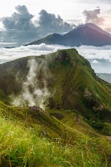 Batur volcan indonésien actif dans l'île tropicale de bali. indonésie. sérénité du lever du soleil sur le volcan batur. ciel aube au matin en montagne. sérénité du paysage de montagne, concept de voyage
