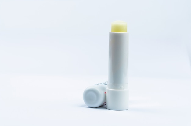 Baume à lèvres pour les lèvres sèches et sensibles. soin des lèvres bonnet ouvert