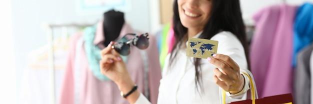 Bauty femme tenant une carte de crédit en plastique