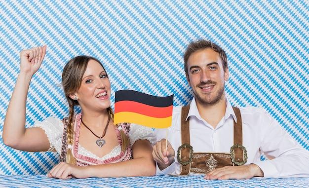 Bavarois amis tenant le drapeau allemand