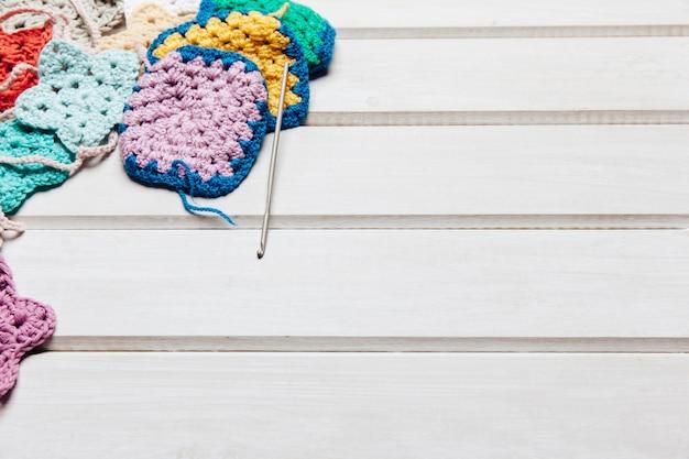 Bavoirs en laine et espace à droite