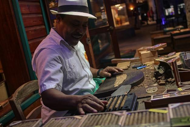 Bayahibe, république dominicaine 4 janvier 2020 : production artisanale de cigares dominicains