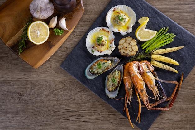 Bbq fruits de mer et légumes sur la planche à découper
