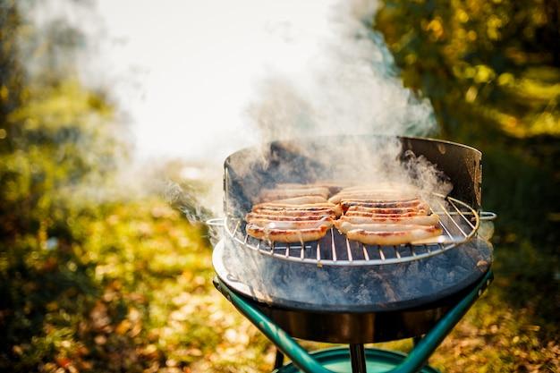 Bbq avec des saucisses sur le gril