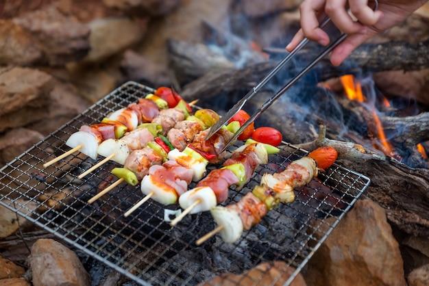 Bbq / steak viande rôti sur un feu naturel camping ambiance.