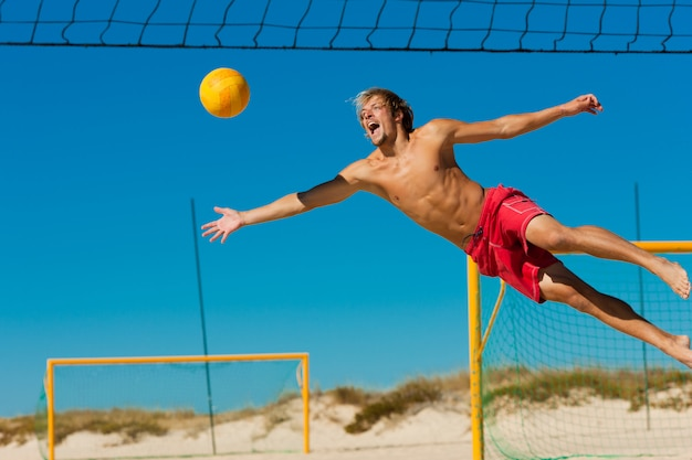 Beach volley - homme sautant