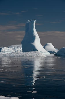 Beatiful icebergs avec reflation dans l'eau en antarctique
