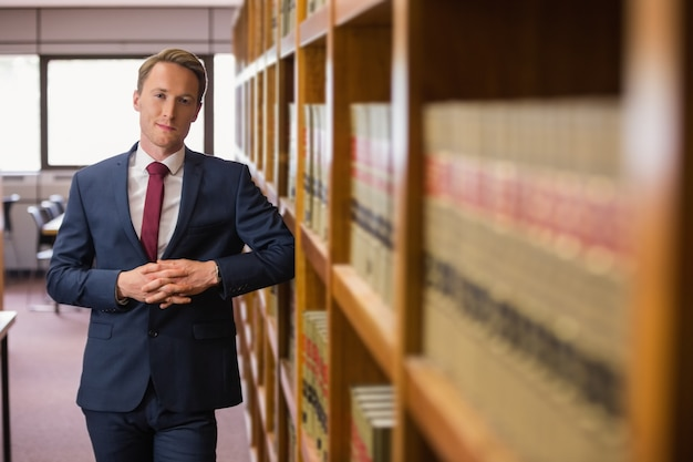 Beau avocat dans la bibliothèque de droit