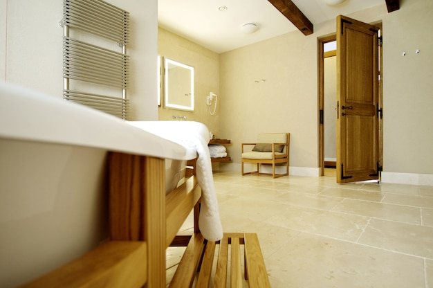 Beau bain blanc pour une porte ouverte