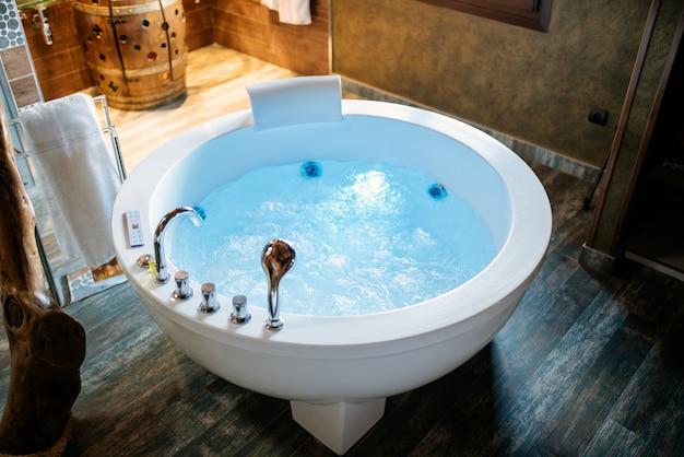 Beau bain d'hydromassage moderne avec de l'eau