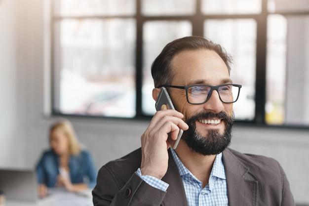 Beau barbu entrepreneur masculin dans des vêtements formels et des lunettes