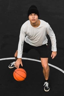 Beau basketteur sur cour