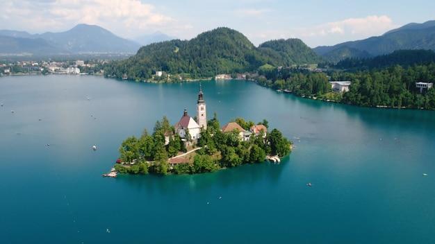 Beau bâtiment sur une île au milieu d'une église de nuages bleus de rivière