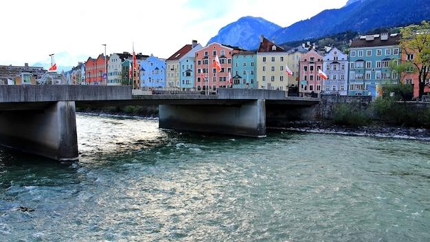 Beau bâtiment par la montagne de la rivière et le ciel bleu à innsbruck autriche matin au printemps buildinglandmark et concept de la nature