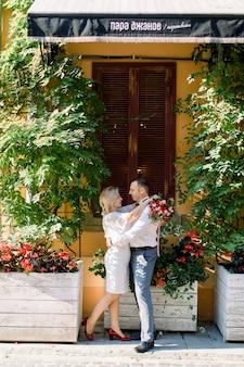 Beau beau couple d'âge mûr, s'embrassant et profitant de leur promenade dans la belle vieille ville