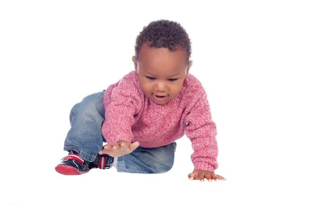 Beau bébé afro-américain rampant