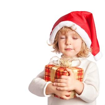 Beau bébé faisant un vœu avec boîte-cadeau de noël. isolé sur fond blanc
