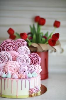 Beau biscuit de gâteau de fête avec différentes crèmes et décoré