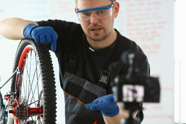 Beau blogueur service homme vélo