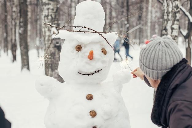 Beau bonhomme de neige du nouvel an