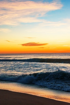 Beau bord de mer au lever du soleil