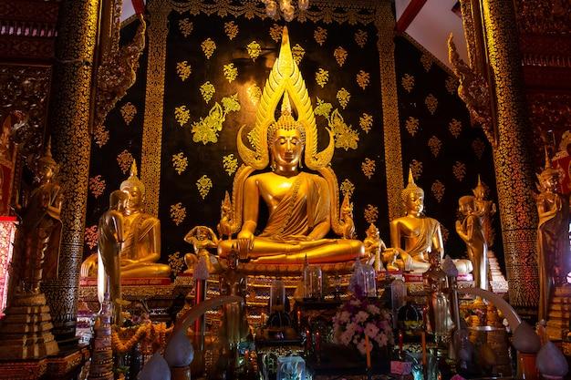Beau bouddha chinnarat revêtu d'une plaque d'or dans un temple de thaïlande
