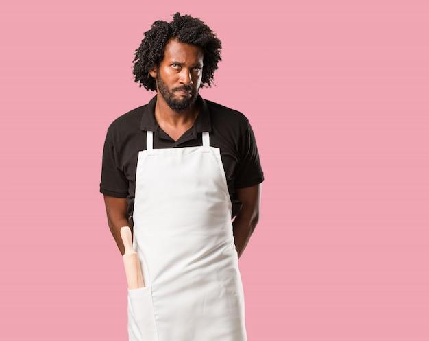 Beau boulanger afro-américain doutant et confus