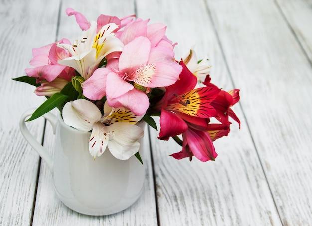 Beau bouquet d'alstroemeria rose