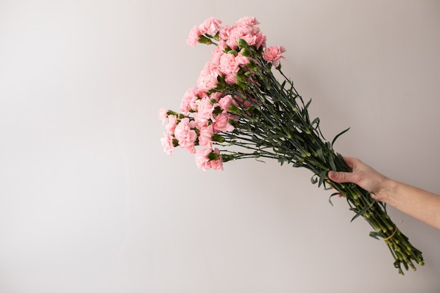 Beau bouquet de belles fleurs. le travail du fleuriste. livraison de fleurs.