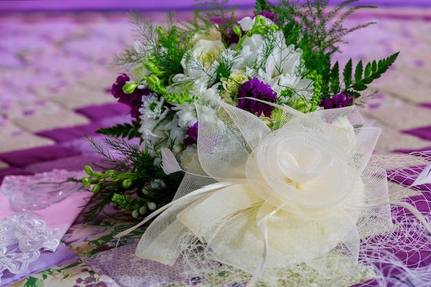 Beau bouquet coloré de fleurs dans une boîte ronde