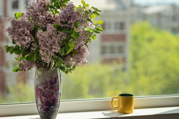 Beau bouquet dans le vase reste sur le rebord de la fenêtre concept de maison confortable