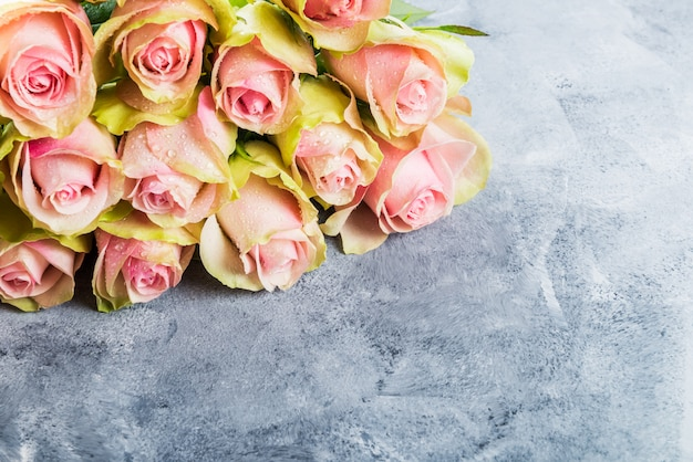 Beau bouquet de deux roses colorées
