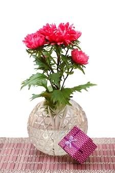Beau bouquet de fleurs d'aster rouge avec boîte-cadeau sur fond blanc isolé.