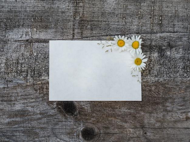 Beau bouquet de fleurs aux couleurs vives et bloc-notes