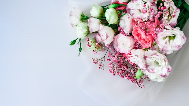 Beau bouquet de fleurs différentes sur fond blanc. copiez l'espace pour le texte. carte de voeux de vacances. couverture