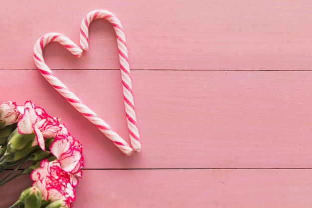 Beau bouquet de fleurs fraîches près de cannes de bonbon