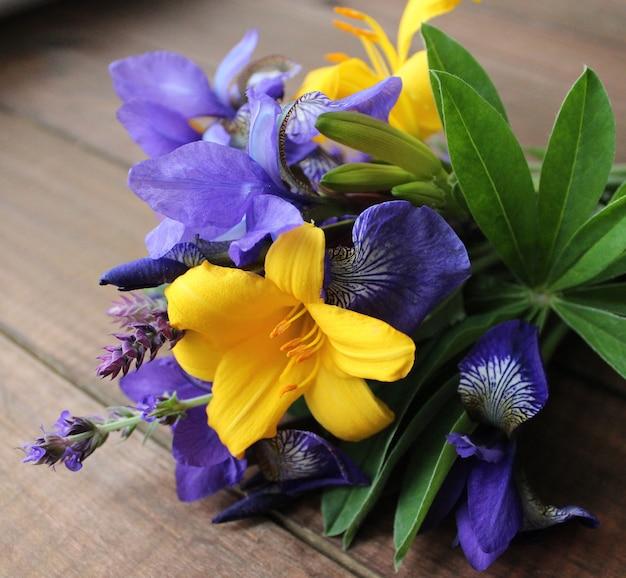 Beau bouquet de fleurs iris lis jardin d'été