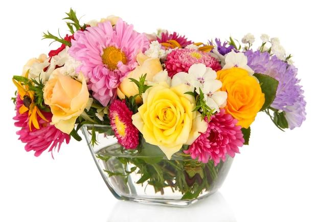 Beau bouquet de fleurs lumineuses dans un vase en verre, isolé sur blanc