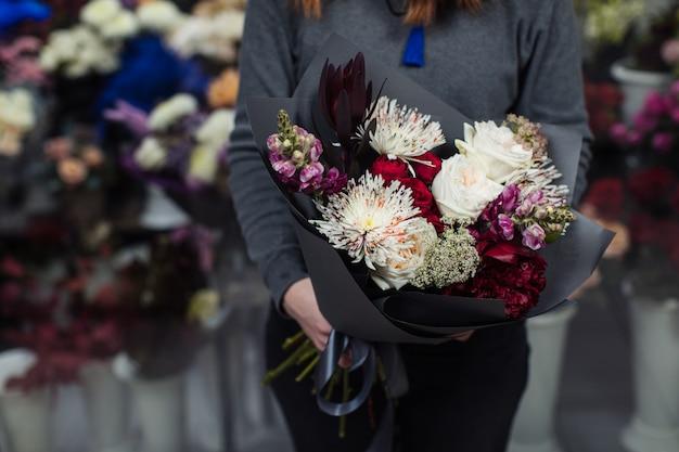 Beau bouquet de fleurs mélangées avec des pivoines.