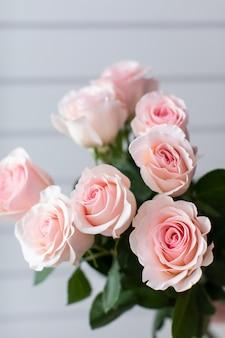 Beau bouquet de fleurs mélangées avec des roses. le travail du fleuriste. livraison de fleurs.