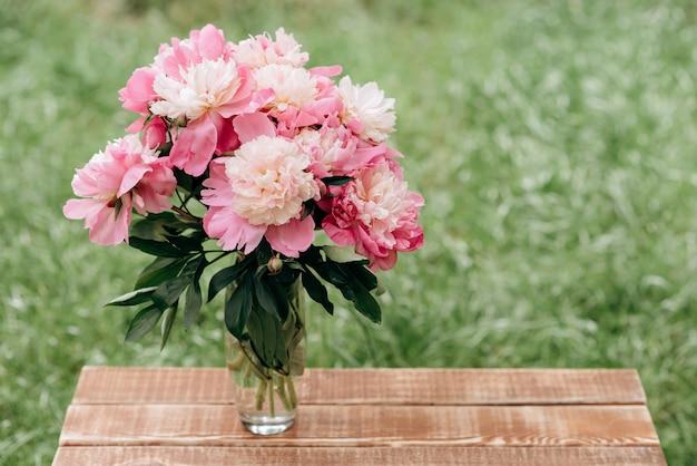 Beau bouquet de fleurs de pivoine rose dans un vase